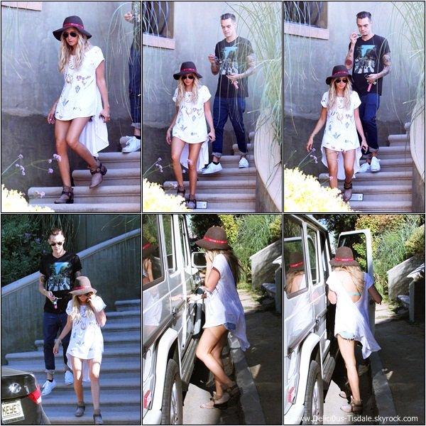 -   17/08/2013: Ashley et son fiancé Christopher French rentrant chez Ashley après s'être arrêtés au Starbucks à Toluca Lake.   -