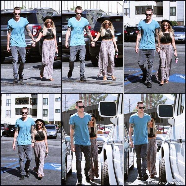 -   24/08/2013: Ashley allant déjeuner avec son fiancé Christopher et sa famille au restaurant Mo à Burbank.   -