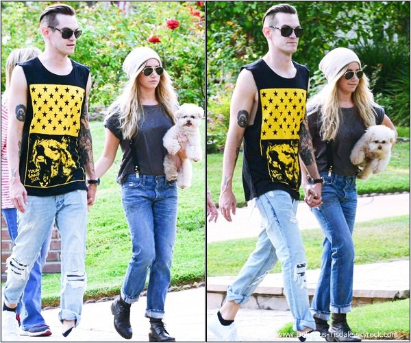 -   26/08/2013: Ashley se promenant avec son fiancé Christopher French et les parents de ce dernier à Toluca Lake.   -