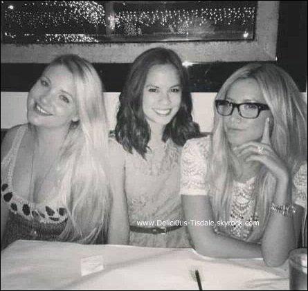 -   29/08/2013: Ashley passant sa soirée avec ses amies Shelley Buckner et Kim Hidalgo.   -