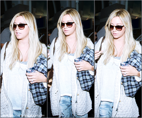 -   05/09/2013: Ashley et son amie Morgan Parks arrivant à l'aéroport LAX de Los Angeles.   -