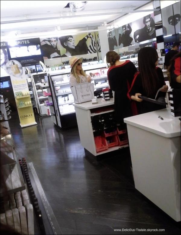 -   07/09/2013: Ashley faisant quelques achats dans une boutique Sephora à Los Angeles.   -
