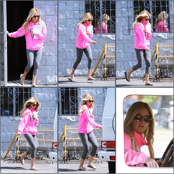-   10/09/2013: Ashley, script en main, arrivant/quittant un studio à Los Angeles.   -