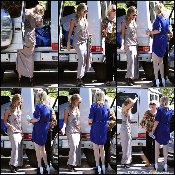 -   29/09/2013: Ashley devant la maison de ses parents avec sa maman Lisa et sa grand-mère Marylin à Toluca Lake.   -