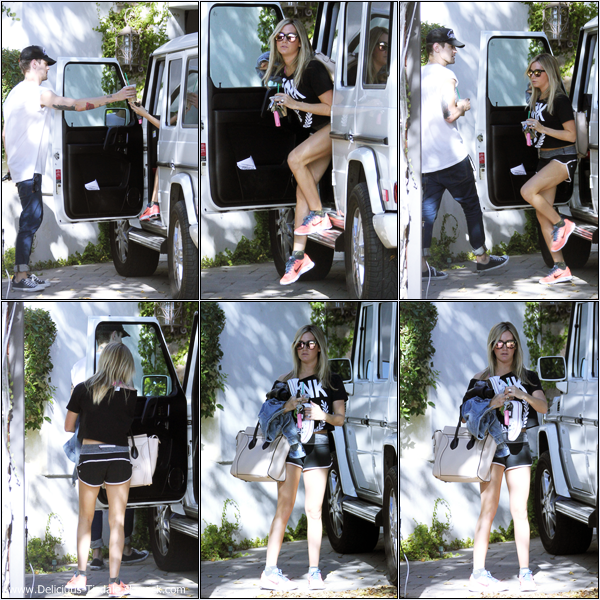 -   04/10/2013: Ashley arrivant chez elle à Toluca Lake.   -