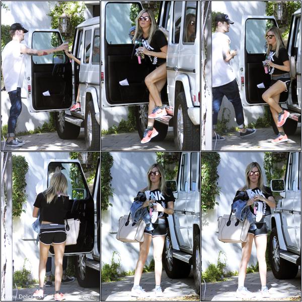-   04/10/2013: Ashley arrivant chez elle à Toluca Lake.   -