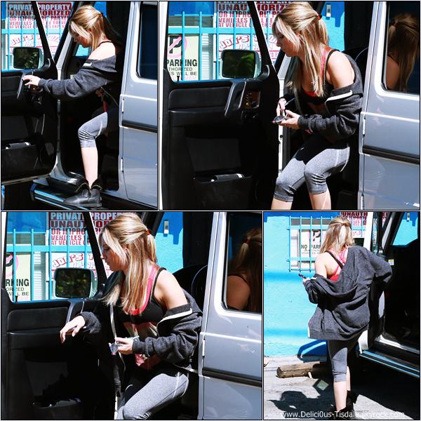 -   07/10/2013: Ashley se rendant au WundaBar Pilates dans Studio City.   -