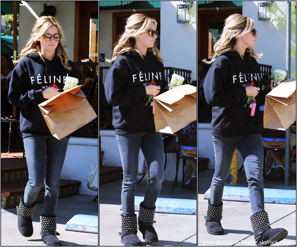-   16/10/2013: Ashley quittant le Urth Cafe dans West Hollywood.   -