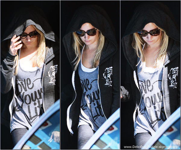 -   21/10/2013: Ashley quittant le WundaBar Pilates dans Studio City.   -