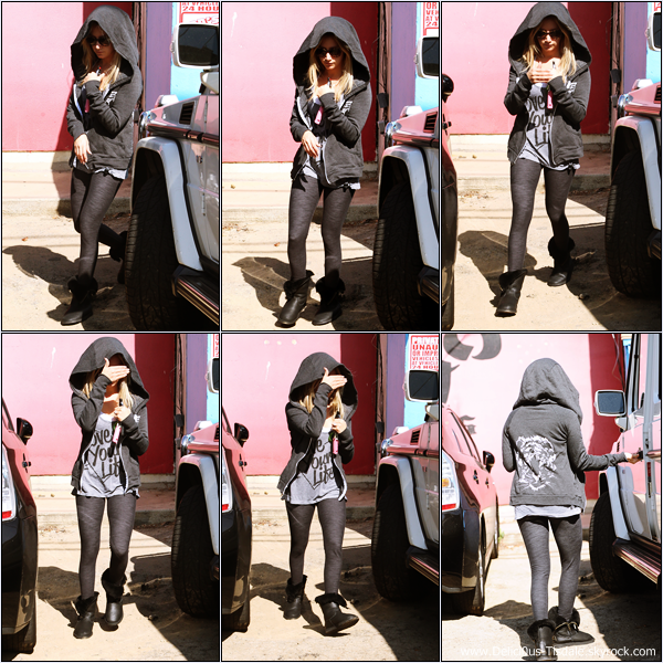 -   21/10/2013: Ashley quittant le WundaBar Pilates dans Studio City.   -