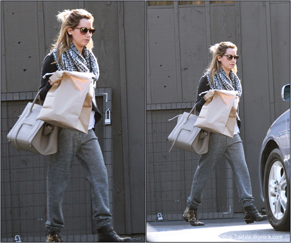 -   17/11/2013 : Ashley arrivant/quittant le restaurant Mo à Toluca Lake.   -