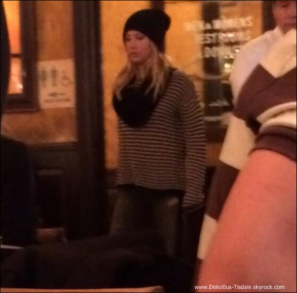 -   06/12/2013 : Ashley dans un restaurant de New-York.   -