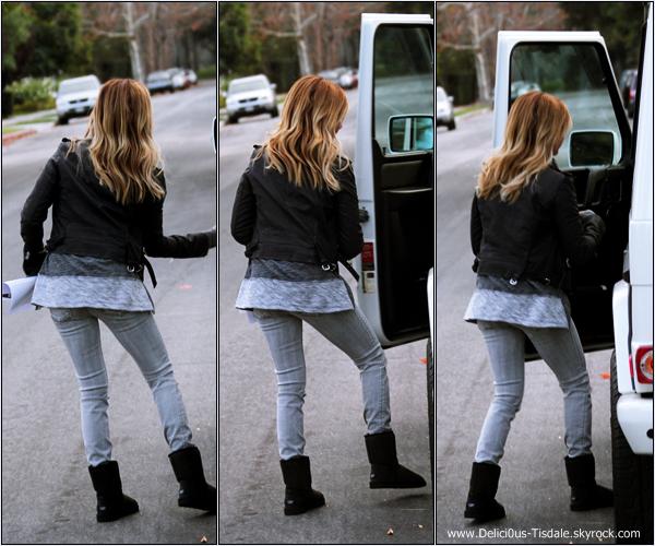 -   08/12/2013 : Ashley et son fiancé Christopher French quittant une maison qu'ils ont visité dans Studio City.   -