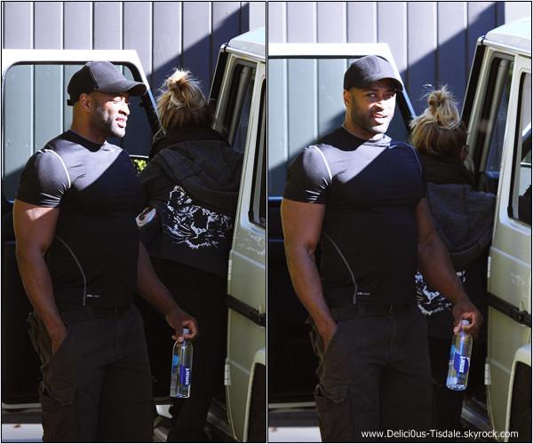 -   11/12/2013 : Ashley allant se chercher à manger après sa séance de sport à Los Angeles.   -