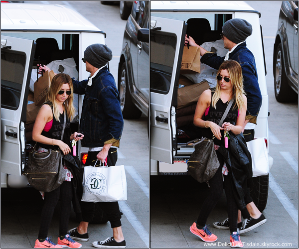 -   21/12/2013 : Ashley et son fiancé Christopher French quittant un centre commercial après du shopping de dernière minute à Los Angeles.   -
