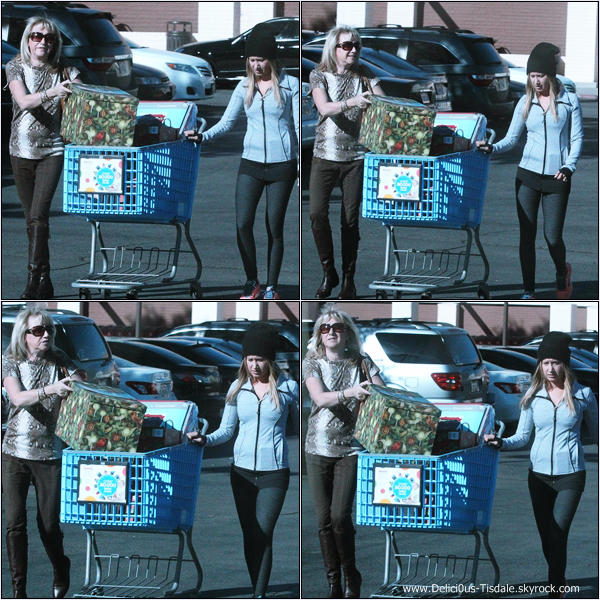 -   02/01/2014 : Ashley et sa maman Lisa quittant une épicerie dans Sherman Oaks.   -