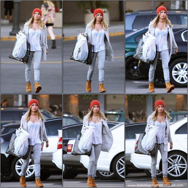 -   14/01/2014 : Ashley allant déjeuner avec son amie Samantha Droke dans Sherman Oaks.   -