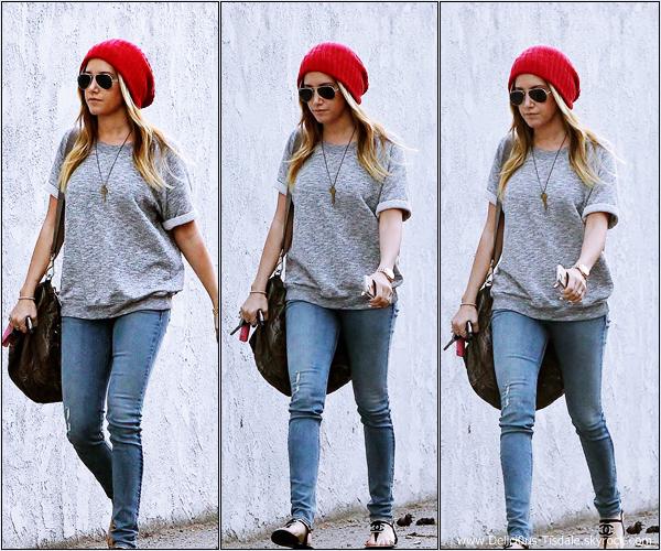-   19/02/2014 : Ashley quittant le Toast Bakery Cafe dans West Hollywood.   -