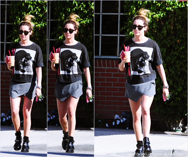 -   13/03/2014 : Ashley quittant le Priscilla's Gourmet Coffee, Tea & Gifts à Burbank.   -
