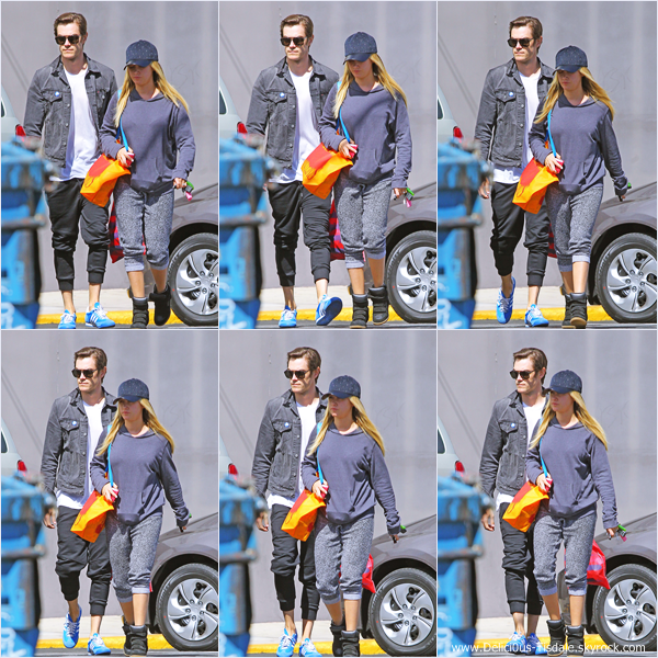 -   01/04/2014 : Ashley et son fiancé Christopher French quittant la boutique Urban Outfitters dans Studio City.   -