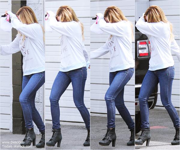 -   04/04/2014 : Ashley quittant un studio à Los Angeles.   -