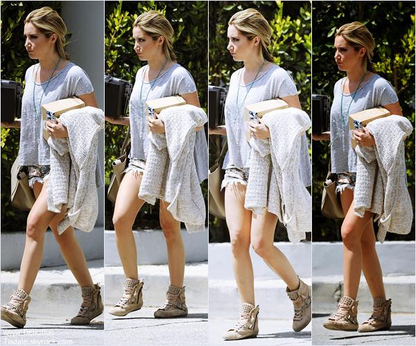 -   23/04/2014 : Ashley, son fiancé Christopher French et sa chienne Maui arrivant/quittant le lieu du photoshoot à Los Angeles.   -