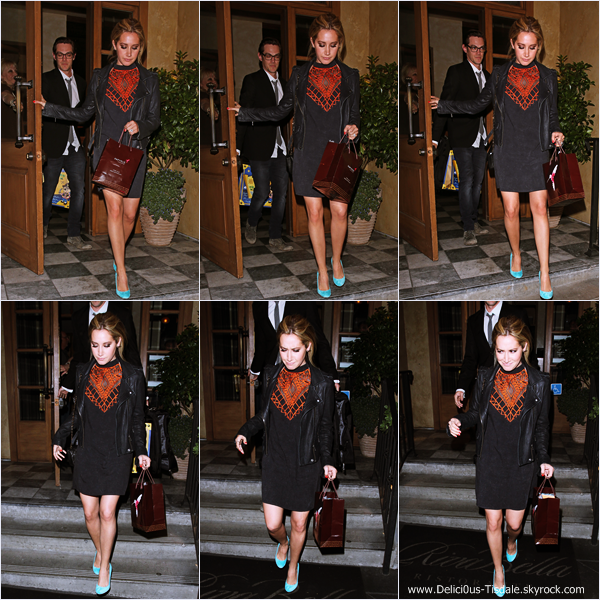 -   23/04/2014 : Ashley et son fiancé Christopher French quittant la boutique Planet Blue à Beverly Hills.   -