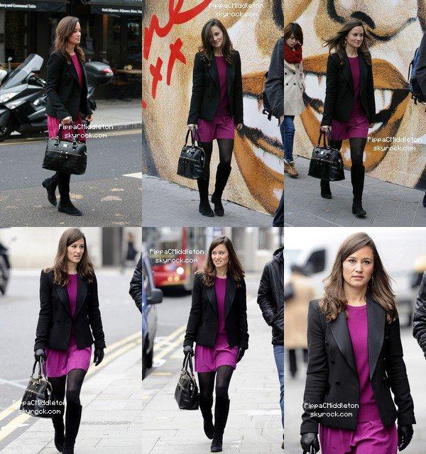 - 16/11/2011 : Pippa & son frère James ont été vus dans les rues de Londres : Tenue : Veste noire - Robe Ramy Brook - Gant en cuir - Bottes noires & Sac Modalu  -