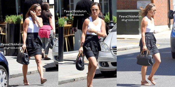 CANDID 14 Juillet 2014 :  _________________________________________________   Pippa vue quittant un déjeuner dans un restaurant de Londres. J'ai également posté une photo publié sur INSTAGRAM de Pippa avec un fan.