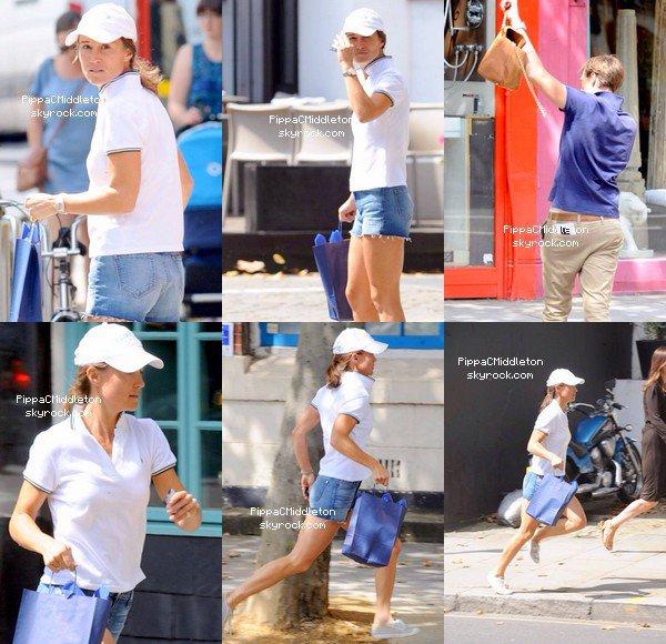 CANDID du 11 Août 2014 :  _________________________________________________  Pippa est aperçue avec un sac de shopping en main, il semblerait que la miss cherchait quelque chose du regard, jusqu'au moment où elle aperçu son Nico lui faisant signe de la main, les amoureux finiront par fuir en courant jusqu'à la voiture de Pippa.