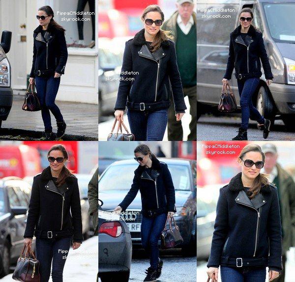 CANDID 7 Décembre 2012 (Flashback) :  _________________________________________________  Pippa se promenait dans les rues de Londres, elle allait regagner sa belle BMW Z4.