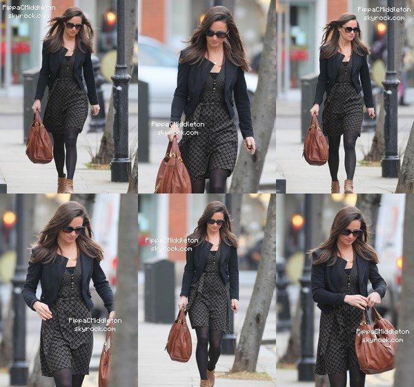 CANDID 6 Décembre 2012 (Flashback) :  _________________________________________________  Pippa a a été aperçue quittant l'hopital au sa soeur Kate est admisse.