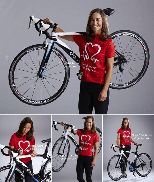 CANDID Août 2014 :  _________________________________________________  Pippa a dédicacé un vélo pour une fondation britannique, le vélo est mis en vente aux enchères sur le site eBay.