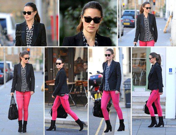 - 11/01/2012 : Pippa a été vue allant chercher son café après une journée de boulot à Londres : Tenue : Chemise Tommy Hilfiger 43£ - Veste Michele Rossi 225£ - Botte Bronx 109.95£ - Joes Jeans 179£ - Sac Bree 140£  -