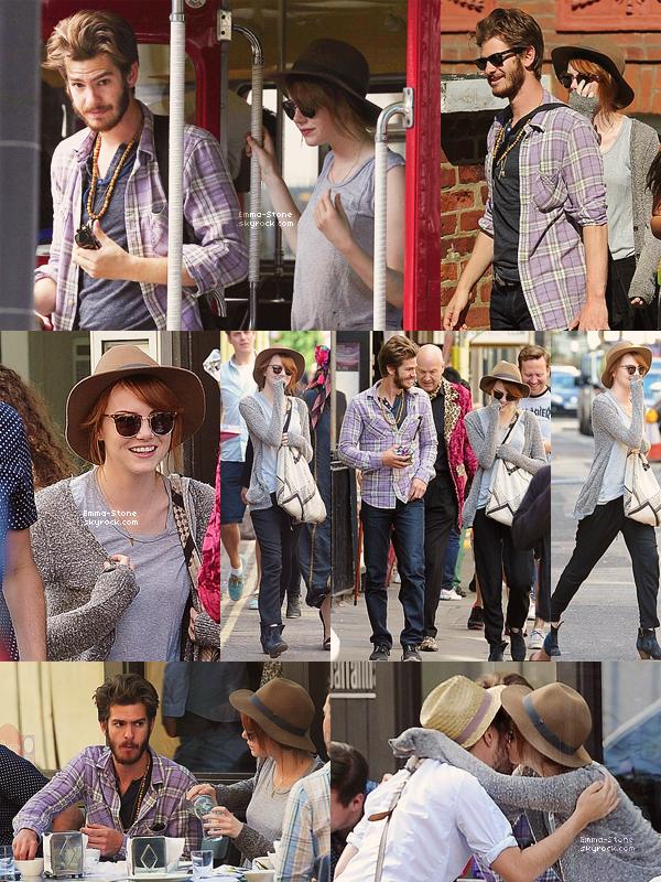 •• CANDIDS ▬ 27/08/2013:  Emma a été aperçue déjeunant avec Andrew et quelques amis à Soho, Londres