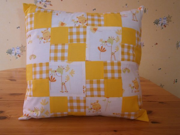 Coussin vichy jaune girafe bisous