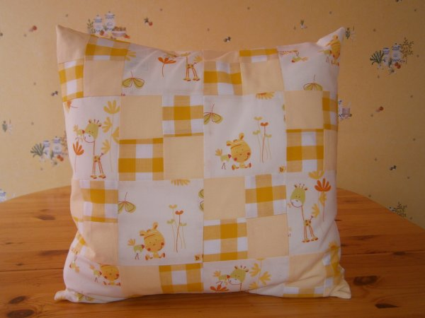 Coussin vichy grand carreaux jaune girafe bisous