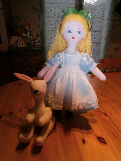 Poupée Alice aux pays des merveilles et son lapin