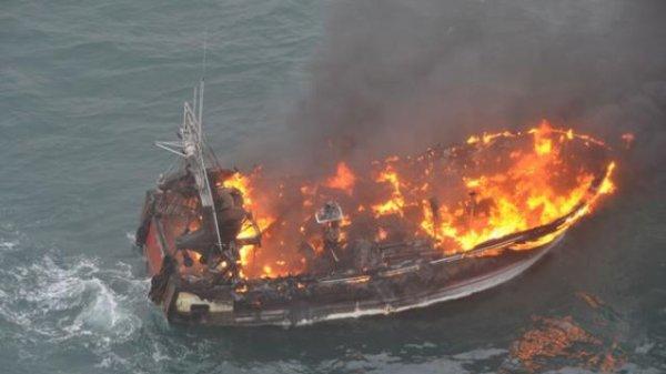 Belle-Ile. Un bateau de pêche en feu, les marins secourus !!