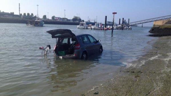 Insolite. Le bateau de pêche entraîne la voiture à l'eau à Ouistreham !!!