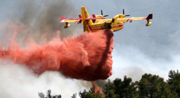 A cause des restrictions d'eau, les Canadaires larguent du Médoc et du Graves sur les incendies en Gironde