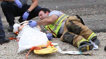 Accident au Mississippi Un pompier distrait un enfant blessé