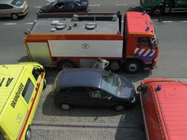 Voilà ce qu'il se passe quand on se gare devant une caserne de pompiers ! (HDP - Histoires de Pompiers)