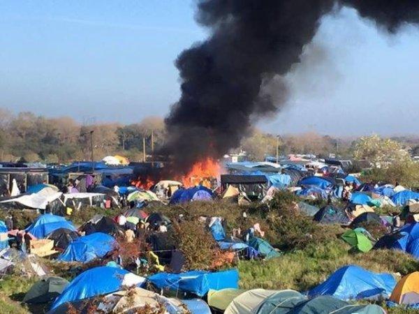 Calais : les pompiers caillassés par les migrants !!
