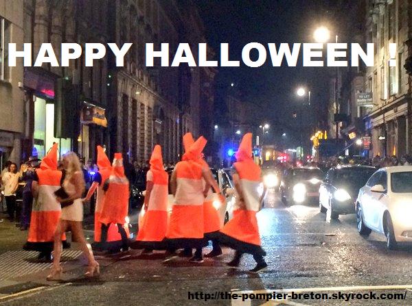 #Humour : Halloween : ils bloquent une rue de Londres déguisés en plots de signalisation !