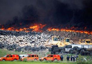 Espagne : incendie dans une gigantesque décharge de pneus !!
