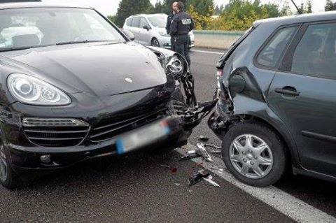☆Perpignan: Le conducteur est inconscient au volant, elle se place devant son véhicule pour le freiner ☆