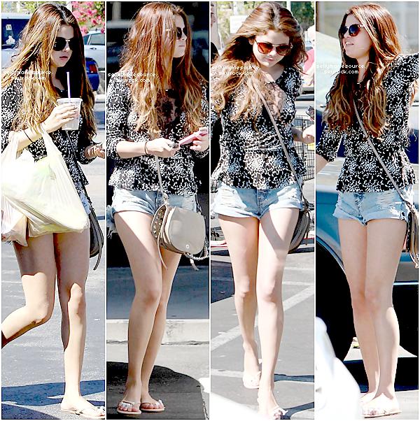 24/07/2012 : Selena a été apperçue faisant du shopping et allant dans un spa avec sa cousine à Encino.Vous aimez sa tenue? TOP ou FLOP?