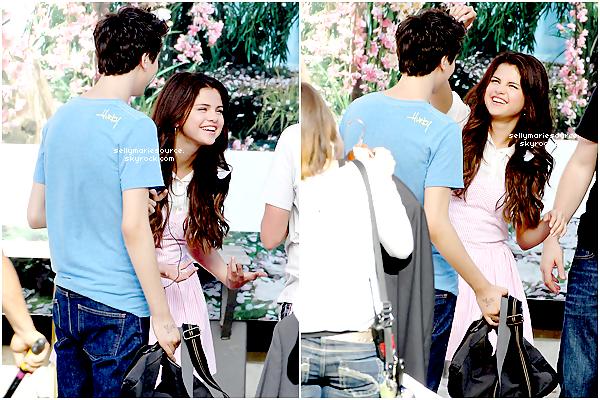 09.08.2012  :  Selena et son boyfriend Justin bieber ont été vus au Laugh Factory à LA.