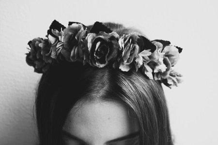 Musique à fond dans les oreilles. Pourtant, c'est comme si je n'entendais pas. Ma tête est vide. Mes oreilles rejettent toutes paroles, ma bouche enferme tout mot à l'intérieur de moi, m'empêchant d'exprimer mon ressentit. Plus rien n'a de goût, je vois tout en noir et blanc. Mais le monde ne change pas, non, c'est ma vision de lui qui change. -Pêcheuse de rêves